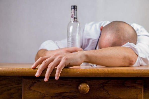 Người nghiên rượu không đủ điều kiện sức khỏe di xkld
