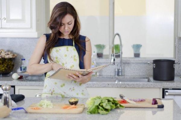Học cách tự nấu ăn để giảm chi phí học tại Úc