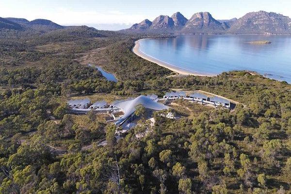 Bao quanh Tasmania là những ngọn núi hùng vĩ và hồ nước rộng lớn