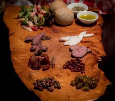 Dễ dàng tìm thấy những món ăn bản xứ của người Úc ở những nhà hàng phục vụ món truyền thống