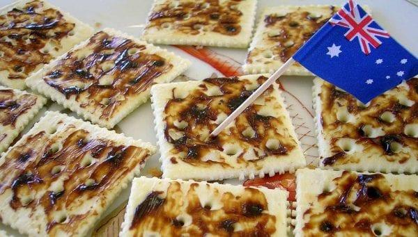 Món bánh quy giòn được phết bơ Vegemite
